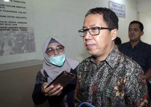 Plt Ketua Umum PSSI Joko Driyono (kedua kanan) bergegas saat tiba untuk menjalani pemeriksaan di Ditkrimum, Polda Metro Jaya, Jakarta, Senin (18/2/2019). - ANTARA/Wibowo Armando
