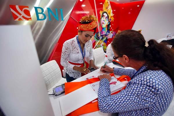 Delegasi melakukan transaksi menggunakan Kartu Virtual Account Debit Bank BNI di sela-sela Pertemuan IMF  World Bank Group 2018, di Nusa Dua, Bali, Jumat (12/10/2018). - JIBI/Abdullah Azzam