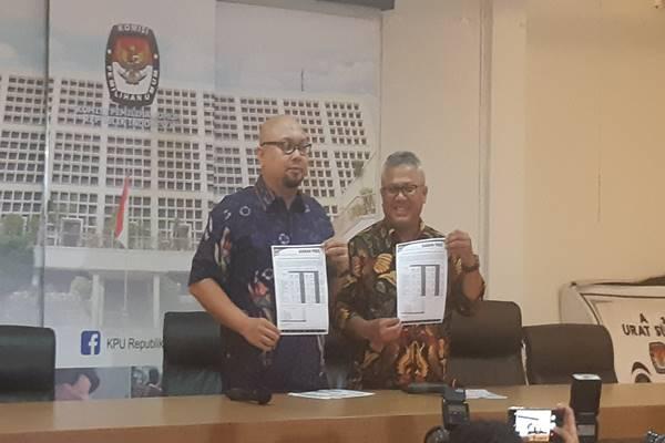 Komisioner KPU Ilham Saputra dan Ketua KPU Arief Budiman menunjukkan daftar mantan caleg terbaru di Gedung KPU, Jakarta, Selasa (19/2/2019). JIBI/Bisnis - Jaffry Prabu Prakoso