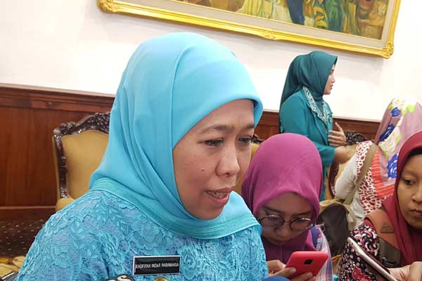 Gubernur Jawa Timur Khofifah Indar Parawansa seusai menghadiri pelantikan Ketua PKK Jatim Arumi Bachsin di Gedung Grahadi Surabaya, Selasa (19/2 - 2019).