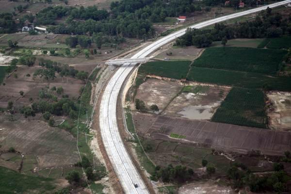 Jalan tol Trans Sumatra terlihat dari udara di Lampung, Rabu (2/1/2019). - ANTARA/Wahyu Putro A