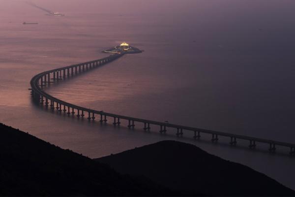 Hong Kong Link Road seksi Jembatan Hong Kong-Zhuhai-Makau - Reuters