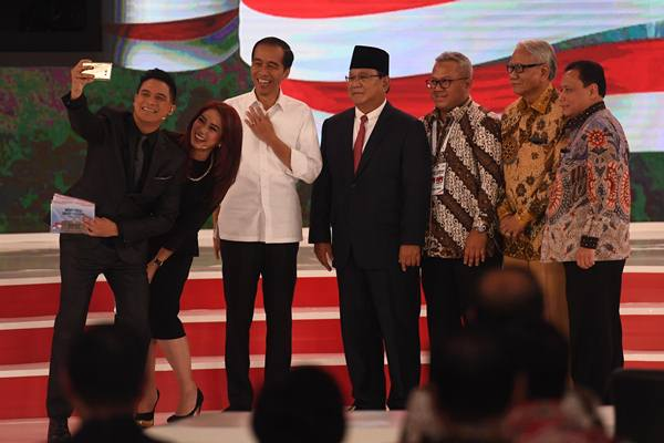 Capres nomor urut 01 Joko Widodo (ketiga kiri) dan Capres nomor urut 02 Prabowo Subianto (keempat kiri) berfoto bersama seusai mengikuti debat capres 2019 di Hotel Sultan, Jakarta, Minggu (17/2/2019). - Antara