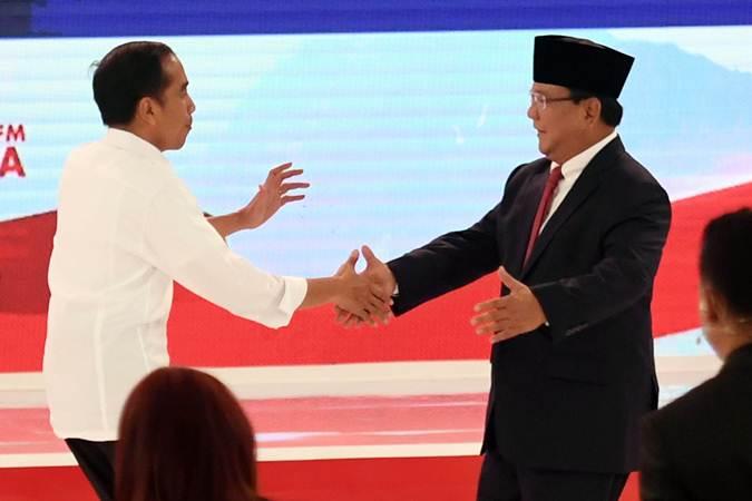 Capres nomor urut 01 Joko Widodo (kiri) dan Capres nomor urut 02 Prabowo Subianto (kanan) usai debat capres 2019 disaksikan moderator di Hotel Sultan, Jakarta, Minggu (17/2/2019). - ANTARA/Akbar Nugroho Gumay