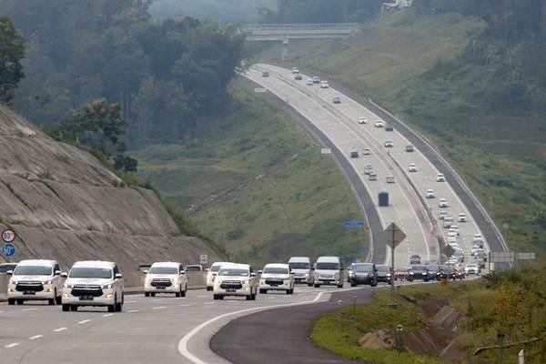 Kendaraan melintasi ruas jalan tol, usai peresmian pengoperasian tiga ruas jalan tol Trans Jawa di Jembatan Kalikuto, Kendal, Jawa Tengah - Bisnis/Nurul Hidayat