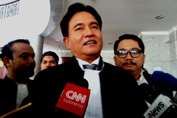 Advokat Yusril Ihza Mahendra memberikan keterangan kepada media usai sidang sengketa pilkada di Gedung Mahkamah Konstitusi, Jumat (27/7/2018). - Bisnis.com/Samdysara Saragih