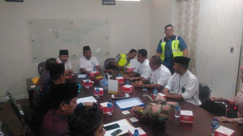 Plt Gubernur Riau Wan Thamrin Hasyim (duduk tengah) bersama Forum Koordinasi Pimpinan Daerah (Forkopimda) dan PT Hutama Karya (Persero) sebagai pelaksana proyek tol Pekanbaru-Dumai menggelar rapat koordinasi di kantor Hutama Karya di Pekanbaru, Riau untuk membahas masalah pembebasan lahan, Jumat (22/6). - Bisnis/Arif Gunawan