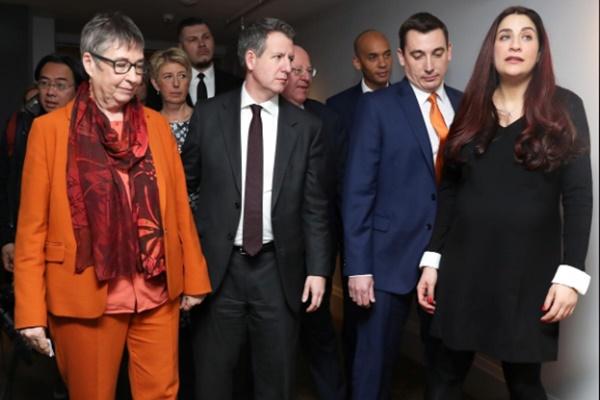 Anggota Parlemen Partai Buruh Inggris Ann Coffey, Karin Smyth, Chris Leslie, Chuka Umunna, Gavin Shuker dan Luciana Berger meninggalkan konferensi pers bersama setelah mengumumkan mundur dari Partai Buruh di London, Inggris - REUTERS/Simon Dawson