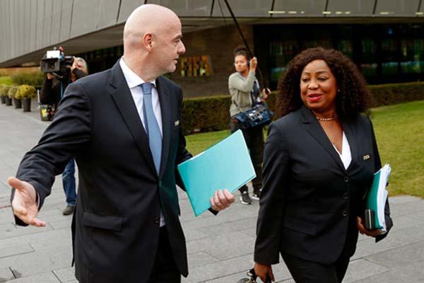 Presiden FIFA Gianni Infantino (kiri) dan Sekjen Fatma Samoura - Reuters/Arnd Wiegmann