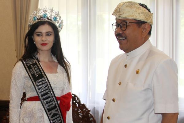 Wakil Gubernur Bali Tjokorda Oka Artha Ardhana Sukawati (kanan) bersamaMiss Pure Internatonal United Kingdom 2018 Rosemarry Lloyd - Istimewa