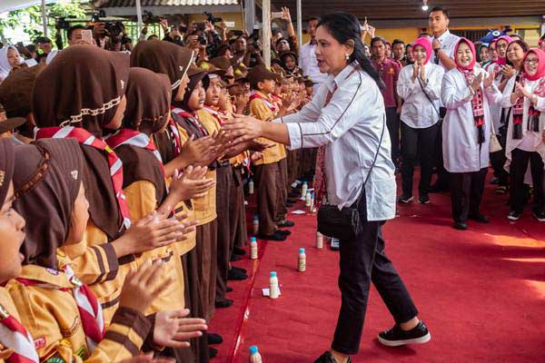 Ibu Negara Iriana Joko Widodo (tengah) - ANTARA/Aji Styawan