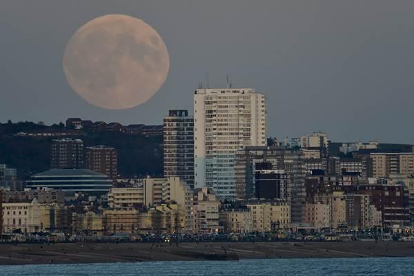 Bulan merah darah (supermoon) di atas Brighton, di bagian selatan Inggris, 27 September 2015. - Reuters