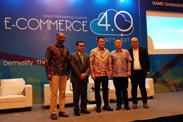 Managing Director Ipsos Indonesia Soeprapto Tan (paling kanan), Pengamat Ekonomi Yustinus Prastowo (kedua kiri), CEO Blibli.com Kustomo Martono (kedua kanan) dan Kepala Badan Ekonomi Kreatif Triawan Munaf (tengah) dalam diskusi bertajuk E-Commerce 4.0, What Next, Demistifying The Future of E-Commerce in Indonesia, Selasa (19/02) - Bisnis/Deandra Syarizka