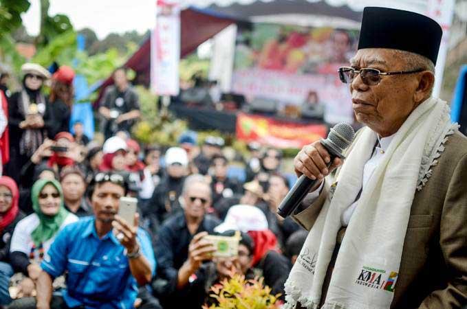 Calon Wakil Presiden nomor urut 01 Maruf Amin menyampaikan pidato politiknya di hadapan relawan Jokowi-Maruf Amin saat kampanye di Desa Cigugur Girang, Parongpong, Kabupaten Bandung Barat, Jawa Barat, Minggu (20/1/2019): Digoda meme senjata rahasia - ANTARA/Raisan Al Farisi