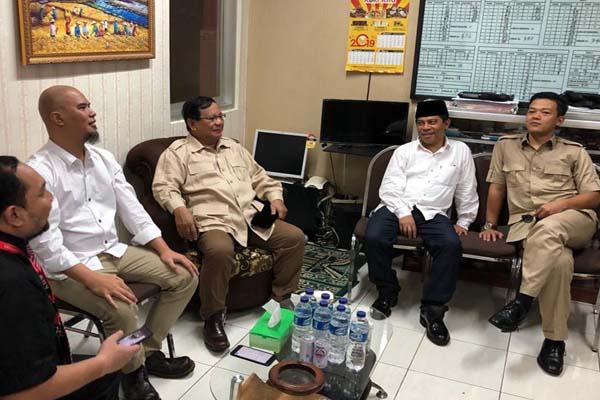 Prabowo datang bersama dengan Wakil Ketua Umum DPP Partai Gerindra Sugiono, dan Ketua DPD Partai Gerindra Jawa Timur SoepriyatnoAhmad Dhani dan kuasa hukumnya Aldwi Rahardian berbincang santai di ruang pengunjung Lapas Kelas I Surabaya, Jawa Timur, Selasa (19/2 - 2019).
