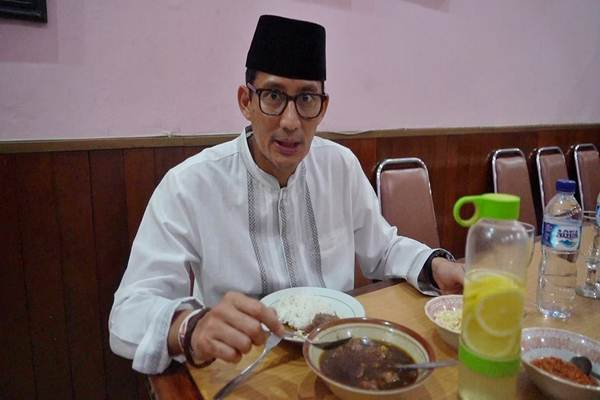 Cawapres Sandiaga Uno bersiap menyantap nasi rawon campur di Rumah Makan Rawon Nguling, Pasuruan Jawa Timur, Selasa (19/02/2019) - ist