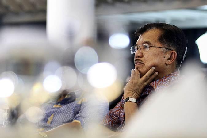 Wakil Presiden Jusuf Kalla menyaksikan siaran langsung Debat Kedua Pilpres 2019 di rumah dinasnya di Jalan Diponegoro, Jakarta, Minggu (17/2/2019). - ANTARA/Dhemas Reviyanto