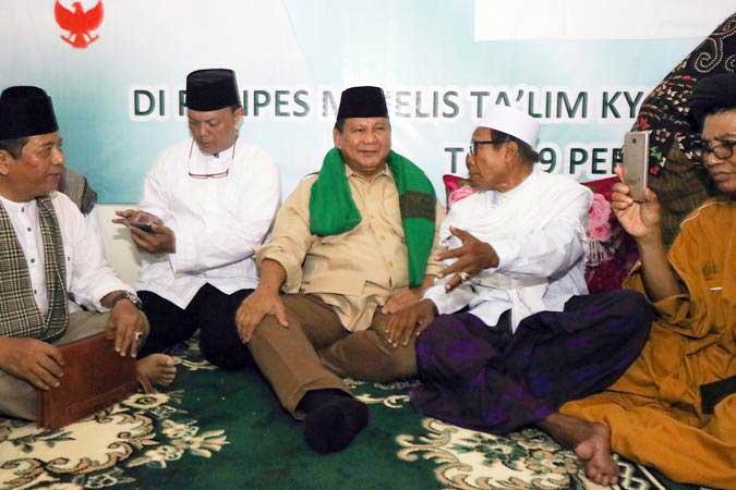 Calon Presiden (Capres) nomor urut 02 Prabowo Subianto (ketiga kanan) berbincang dengan KH Muhammad Shufyan (kedua kanan) di Majelis Ta'lim Kyai Tambak Deres Surabaya, Jawa Timur, Selasa (19/2/2019). - ANTARA/Didik Suhartono