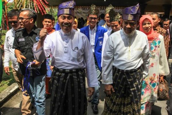 Gubernur dan Wakil Gubernur Riau terpilih  Syamsuar (ketiga kiri) dan Edy Natar Nasution - ANTARA FOTO/Rony Muhar