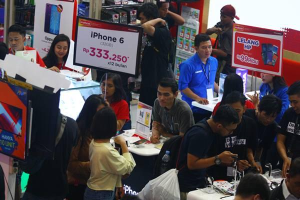 Pengunjung memadati stan yang menjual telepon seluler murah pada Pameran Teknologi INDOCOMTECH 2018 di Jakarta Convention Centre, Jakarta, Rabu (31/10/2018). - Antara