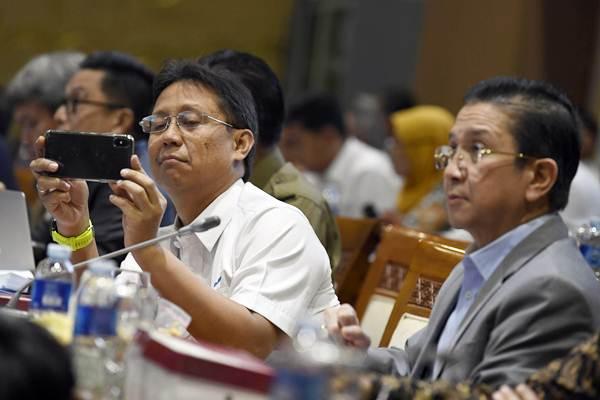 Direktur Utama PT Inalum Budi Gunadi Sadikin (kiri) bersama Direktur Utama PT Freeport Indonesia (PTFI) Tony Wenas (kanan) mengikuti Rapat Dengar Pendapat (RDP) dengan Komisi VII DPR di Kompleks Parlemen Senayan, Jakarta, Selasa (15/1/2019). - ANTARA/Puspa Perwitasari