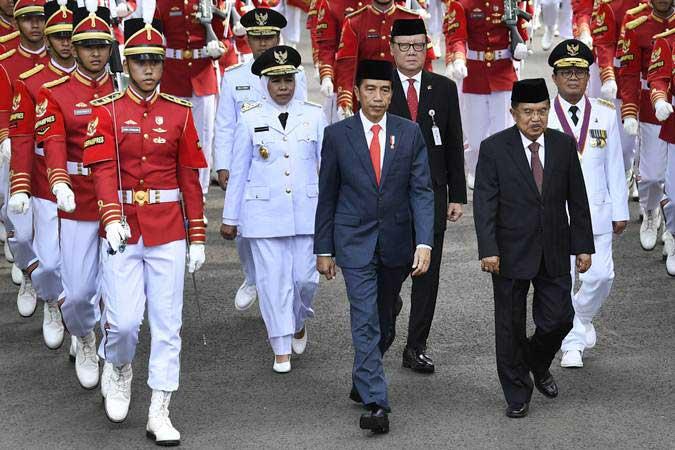 Presiden Joko Widodo (tengah) bersama Wakil Presiden Jusuf Kalla (kedua kanan) dan Mendagri Tjahjo Kumolo (ketiga kanan) mengikuti prosesi kirab pelantikan Gubernur-Wakil Gubernur Jawa Timur Khofifah Indar Parawansa-Emil Dardak untuk periode 2019-2024, dan Gubernur Jambi Fachrori Umar, di halaman Istana Kepresidenan, Jakarta, Rabu (13/2/2019). - ANTARA/Puspa Perwitasari