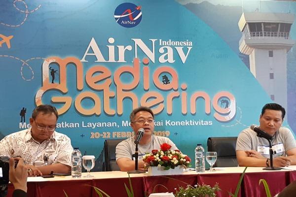 Direktur Utama AirNav Indonesia Novie Riyanto (tengah) memberikan pemaparan dalam AirNav Media Gathering di Padang, Sumatra Barat, Rabu (20/2/2019). - Bisnis/Rio Sandy Pradhana