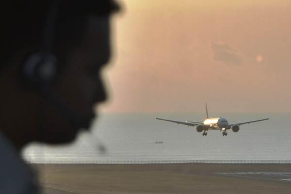 Petugas memantau dan mengatur pergerakan pesawat udara di menara Air Traffic Controller (ATC) Bandara Internasional I Gusti Ngurah Rai, Bali, Senin (8/10/2018). - ANTARA/Fikri Yusuf