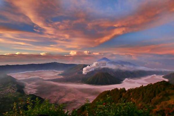 Panorama Gunung Bromo, Jawa Timur, saat matahari terbit, Rabu (26/4). - JIBI/Abdullah Azzam