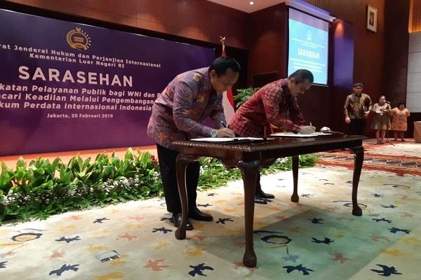 Panitera MA dan Dirjen HPI Kemlu menandatangani tiga kerja sama terkait hukum perdata internasional - Bisnis Indonesia/Iim Fathimah