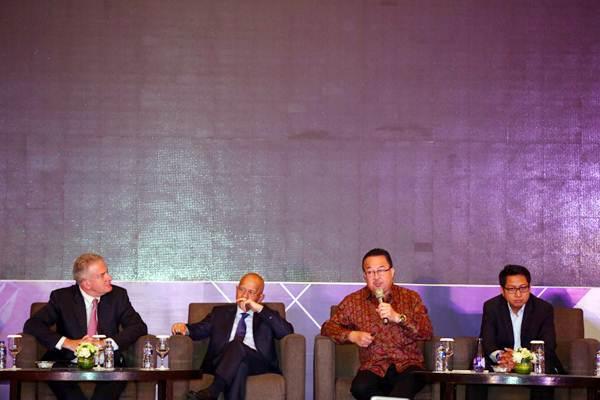Profesor of Management Universitas Indonesia Rhenald Kasali (kedua kanan) bersama Profesor of Management UI Firmanzah (dari kanan), Presdir PT Medco Energi International Tbk. Hilmi Panigoro dan Founder & President of CERAP Nicolas Tenzer menjadi pembicara acara International Conference on Science, Management and Engineering 2018 di Jakarta, Senin (22/10/2018). - JIBI - Abdullah Azzam