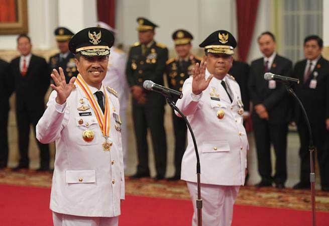 Gubernur Riau terpilih Syamsuar (kiri) dan Wakil Gubernur Riau terpilih Edi Natar Nasution (kanan) melambaikan tangan sebelum acara pelantikan di Istana Negara, Jakarta, Rabu (20/2/2019). - ANTARA FOTO/Akbar Nugroho Gumay