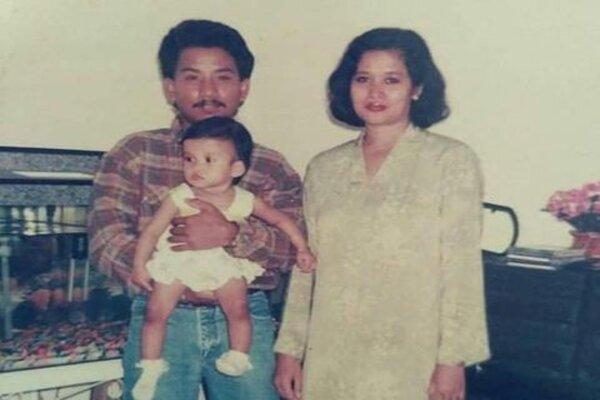 Noorlisaat Fitri saat masih kecil bersama orang tuanya.