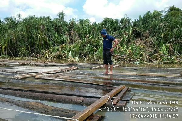 Petugas Polair Sumsel memeriksa temuan kayu log ilegal - Istimewa