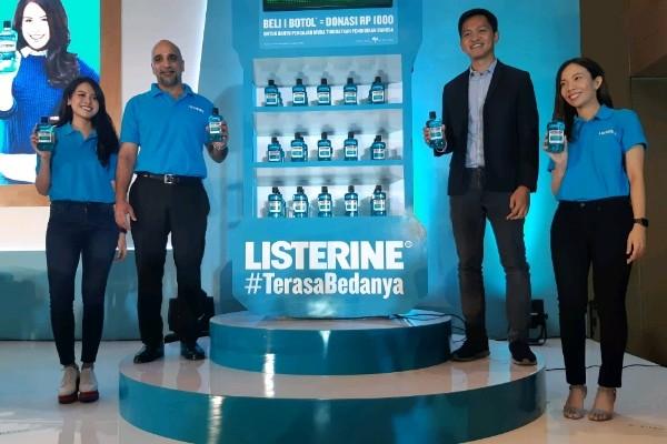 Brand Ambassador kampanye Maudy Ayunda, Presiden Direktur Johnson & Johnson Lakish Hatalkar, Direktur Indonesia Mengajar Satria Ugahari, dan Brand Aplification Lead Listerine Indonesia Rikka Anggitha berpose bersama pasca konferensi pers pada Rabu, (20/2 - 2019)