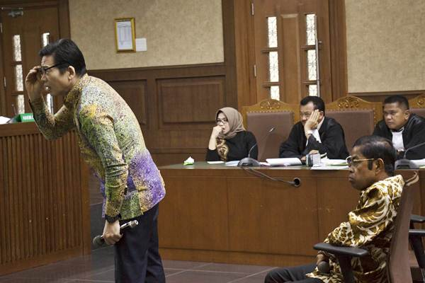 Mantan Menteri Sosial Idrus Marham (kanan) bersama Pemilik PT Borneo Lumbung Energi dan Metal Samin Tan (kiri) saat memberikan kesaksian untuk terdakwa kasus suap PLTU Riau-1 Eni Maulani Saragih (kedua kiri) dalam sidang lanjutan di Pengadilan Tipikor, Jakarta, Rabu (2/1/2019). - ANTARA/Galih Pradipta