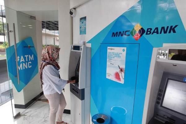 Nasabah bertransaksi melalui mesin anjungan tunai mandiri Bank MNC di Jakarta, Senin (27/11). - JIBI/Dwi Prasetya