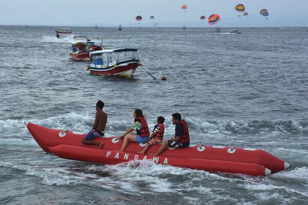 Wisatawan bermain banana boat di Pantai Tanjung Benoa, Badung, Bali, Rabu (2/1/2019). - Antara/Nyoman Hendra Wibowo
