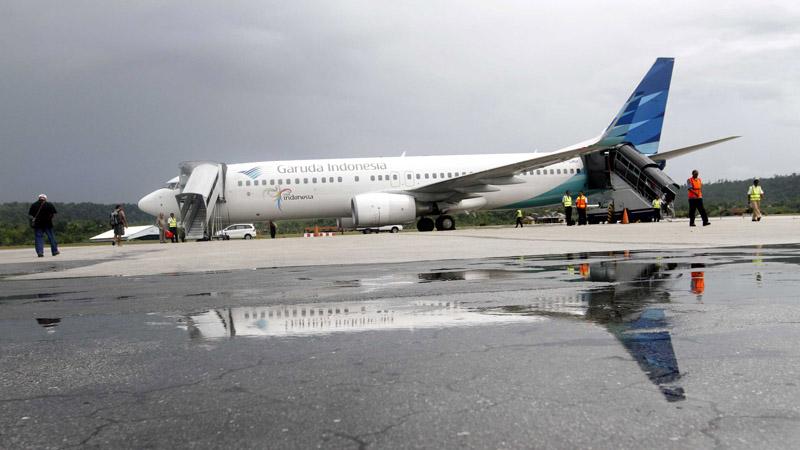 Ilustrasi - Penumpang bersiap menaiki pesawat maskapai penerbangan Garuda Indonesia di Bandara Frans Kaisiepo Biak, Papua, Selasa (29/10/2013). - Bisnis/Dwi Prasetya