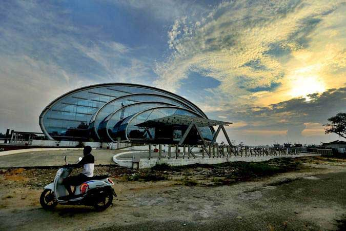 Pengendara motor melintas di dekat Terminal Penumpang Teluk Nibung, Pelabuhan Tanjung Balai Asahan, di Tanjungbalai, Sumatra Utara, Selasa (19/2/2019). - Bisnis/Nurul Hidayat