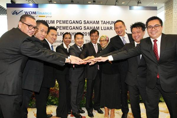 Komisaris dan Direksi PT Wahana Ottomitra Multiartha tbk (WOM Finance) saling bertumpu tangan seusai rapat umum pemegang saham tahunan (RUPST) di Jakarta, Kamis (15/3/2018). - JIBI - Dedi Gunawan
