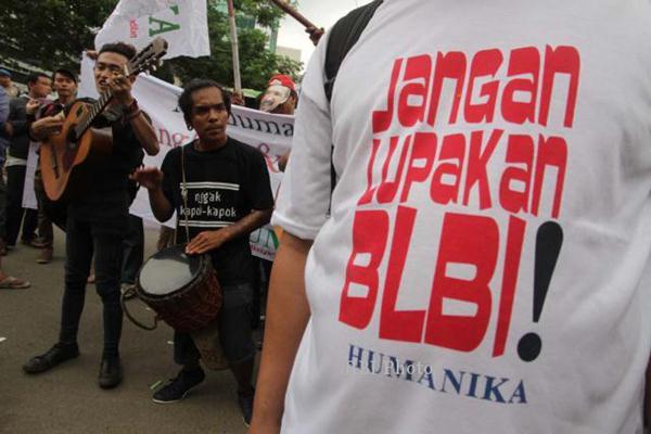 Masyarakat saat menggelar aksi demonstrasi menunut penuntasan kasus BLBI. - Jibiphoto