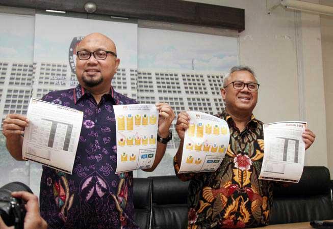 Ketua KPU Arief Budiman (kanan) bersama Komisioner KPU Ilham Saputra (kiri) menunjukkan berkas Caleg berstatus terpidana korupsi saat mengumumkan data terbaru nama calon legislatif (caleg) dengan status mantan terpidana korupsi yang berpartisipasi pada Pemilu 2019 di Gedung KPU, Jakarta, Selasa (19/2/2019). - ANTARA/Reno Esnir
