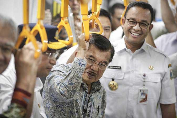 Wakil Presiden Jusuf Kalla (tengah) didampingi Menteri Perhubungan Budi Karya Sumadi (kiri) dan Gubernur DKI Jakarta Anies Baswedan (kanan) saat meninjau pengoperasian MRT (Mass Rapid Transit) di Stasiun MRT Bundaran HI, Jakarta, Rabu (20/2/2019). - ANTARA/Dhemas Reviyanto