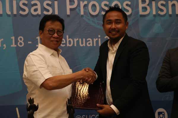 Presiden Direktur Sucofindo Bachder Djohan Buddin beserta Salehin Amat Kamsin, Chief Operationg Officer WhatsHalal melakukan penandatangan kerja sama di Hotel Aston Bogor pada 18 Februari 2019