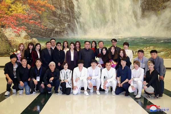 Kim Jong UN berfoto bersama artis K-pop saat tampil di Pyongyang, Korea Utara - Reuters/Korean Central News Agency