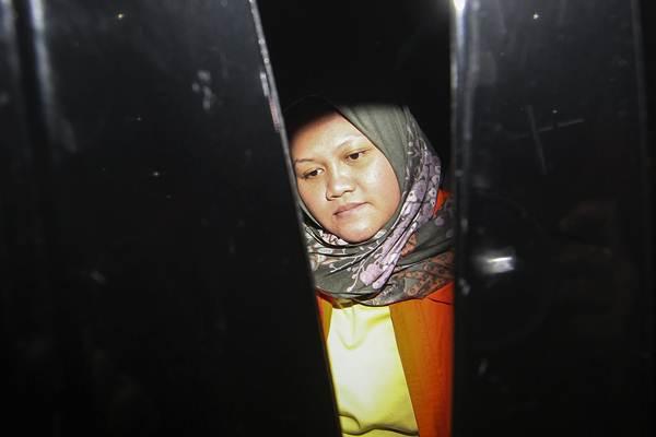 Bupati Bekasi Neneng Hassanah Yasin masuk mobil tahanan usai menjalani pemeriksaan di gedung KPK, Jakarta, Selasa (16/10/2018). - ANTARA/Dhemas Reviyanto