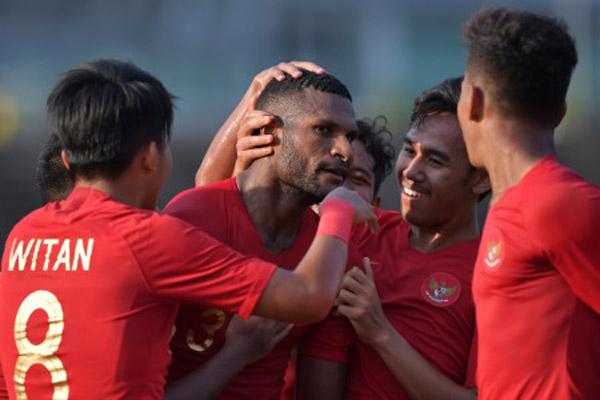 Timnas Indonesia U-22 merayakan gol yang dicetak Marinus Mariyanto Wanewar (tengah) ke gawang Malaysia di Piala AFF U-22 2019 di Phnom Penh, Kamboja. Dalam pertandingan terakhir Indonesia wajib menang atas Kamboja untuk memastikan lolos ke semifinal. - Antara/Nyoman Budhiana