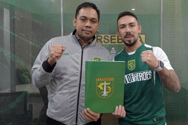 Damian Lizio (kanan) bersama Manajer Persebaya Candra Wahyudi. - Persebaya.id
