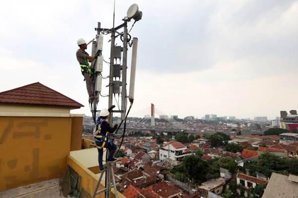 Teknisi melakukan perawatan jaringan di salah satu menara BTS. - JIBI/Rachman